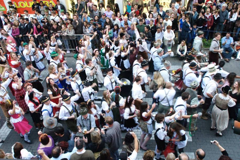 """Na <a href=""""http://viajeaqui.abril.com.br/estabelecimentos/br-sc-blumenau-atracao-oktoberfest"""" rel=""""Oktoberfest"""" target=""""_blank"""">Oktoberfest</a>, o clima de carnaval com sotaque alemão transforma a<a href=""""http://viajeaqui.abril.com.br/cidades/br-sc-blumenau"""" rel=""""Blumenau (SC)"""" target=""""_blank"""">Blumenau (SC)</a>em outubro"""