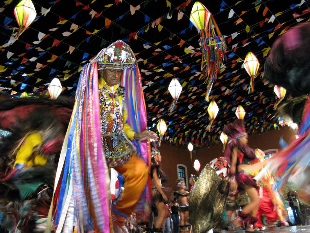 Durante o mês de junho, cerca de 250 grupos folclóricos invadem as ruas da capital e divertem-se ao redor do boi colorido na festa do Bumba Meu Boi