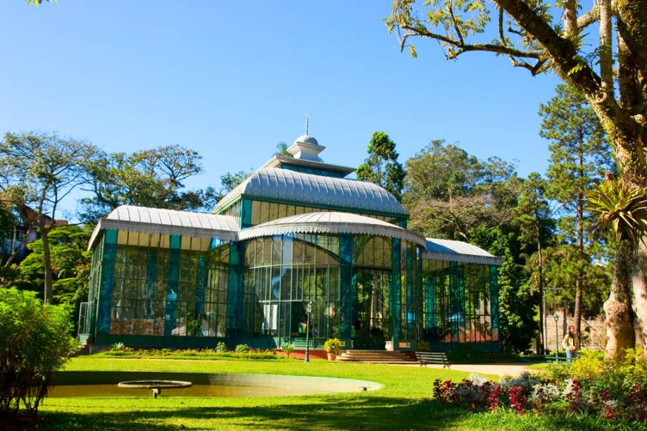 """<strong>2. <a href=""""/cidades/br-rj-petropolis"""" target=""""_blank"""">Petrópolis</a> (4 dias)</strong>Dom Pedro II escolheu bem. O recanto onde o imperador construiu (no século 19) seu palácio de verão respira história até hoje. Com o frescor serrano, a cidade tornou-se ímã para pousadas e restaurantes charmosos, instalados também nos distritos de Itaipava e Araras."""