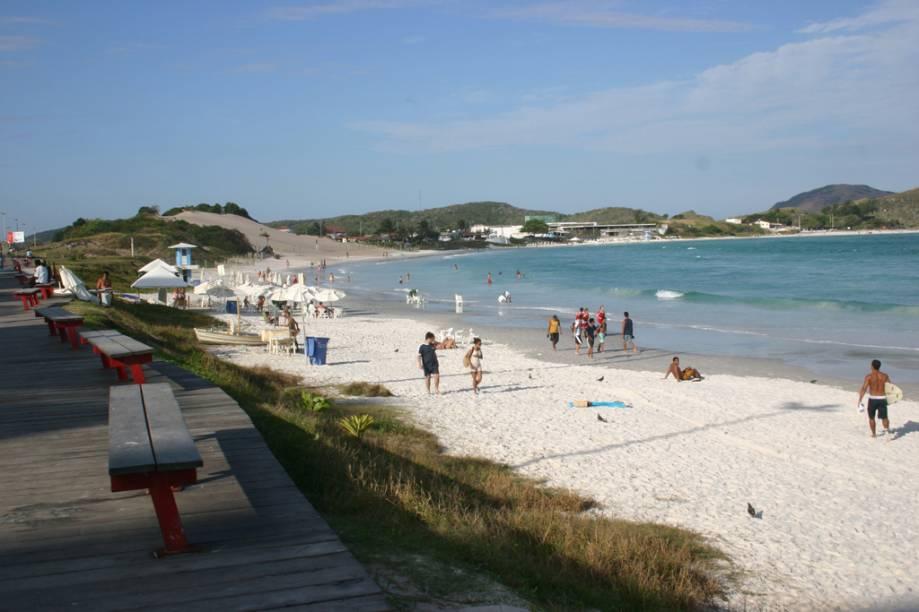 Ao longo da orla da Praia do Forte, na avenida beira-mar, espalham-se barracas, hotéis e restaurantes