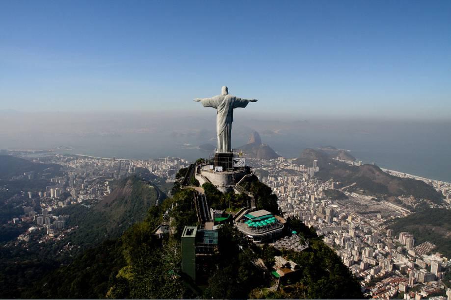 Cartão-postal da cidade, o Cristo Redentor tem 38 metros de altura e tem acesso por um trenzinho