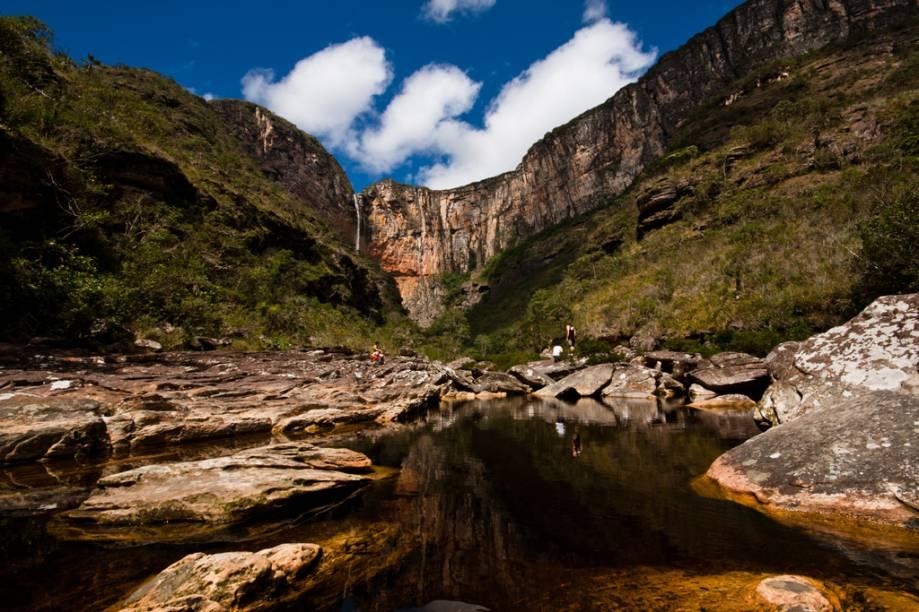 """A <a href=""""http://viajeaqui.abril.com.br/estabelecimentos/br-mg-conceicao-do-mato-dentro-atracao-cachoeira-do-tabuleiro"""" rel=""""Cachoeira do Tabuleiro""""><strong>Cachoeira do Tabuleiro</strong></a>, em Conceição do Mato Dentro, <strong><a href=""""http://viajeaqui.abril.com.br/estados/br-minas-gerais"""" rel=""""Minas Gerais"""" target=""""_blank"""">Minas Gerais</a></strong>,é uma das mais belas do Brasil. A água serpenteia por 273 metros até chegar a um poço como um spray. As trilhas que levam até ela são difíceis e é recomendável contratar um guia para fazer o passeio"""