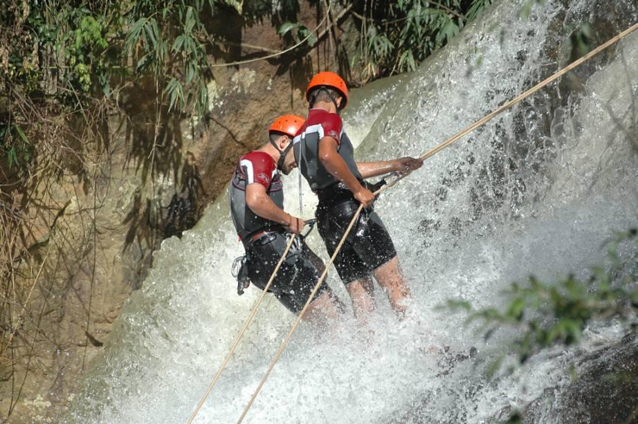 Rapel na Pedra do Grotão, com 90m de altura, um dos passeios de aventura possíveis em Gonçalves