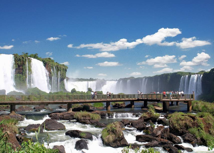 """Vista do Salto Floriano, à esquerda, e da Garganta do Diabo, ao fundo. Passarelas nas cataratas de Foz do Iguaçu permitem aproveitar a paisagem bem de perto. Em 2014, o destino foi eleito <a href=""""http://viajeaqui.abril.com.br/materias/saiba-quem-sao-os-vencedores-do-premio-o-melhor-de-viagem-e-turismo#3"""" rel=""""Melhor Destino de Ecoturismo pelo prêmio O Melhor de Viagem e Turismo"""" target=""""_blank"""">Melhor Destino de Ecoturismo pelo prêmio O Melhor de Viagem e Turismo</a>"""
