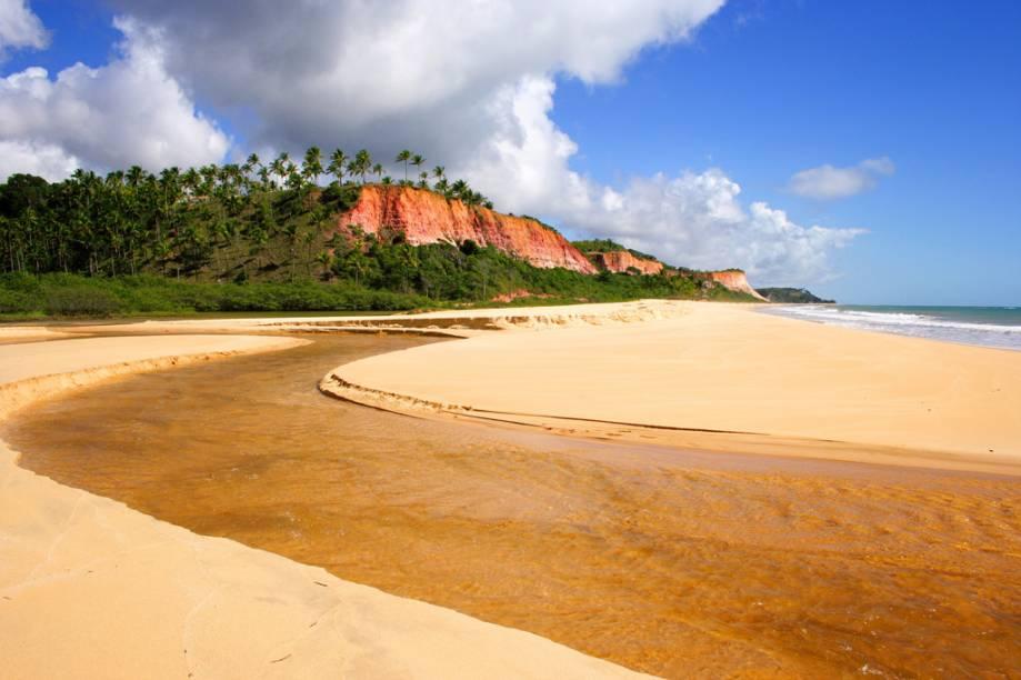 A Praia de Taípe segue quase deserta nos trechos afastados das barracas
