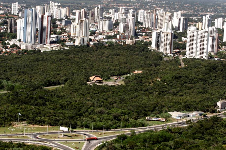 Em Cuiabá, pode-se fazer um passeio de helicóptero e sobrevoar a Chapada dos Guimarães e parte do Pantanal