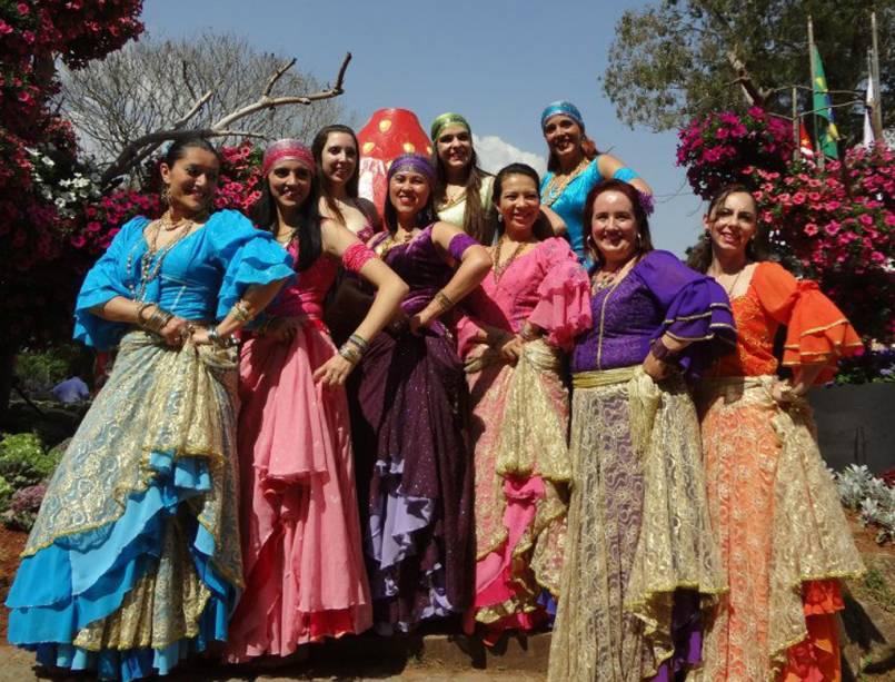 Grupo de dança árabe se apresenta na Festa de Flores e Morangos de Atibaia, em São Paulo