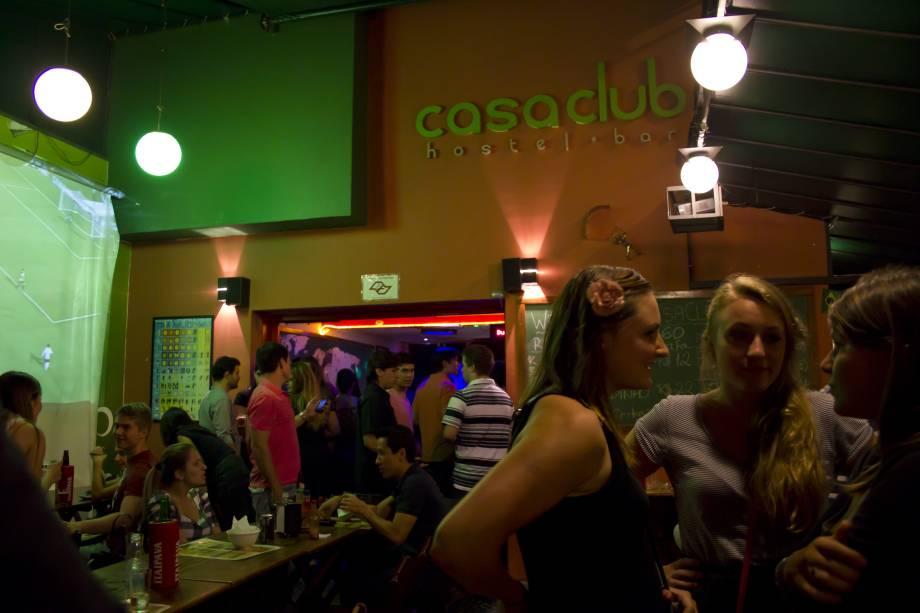 """<a href=""""http://viajeaqui.abril.com.br/estabelecimentos/br-sp-sao-paulo-hospedagem-casa-club-hostel-bar"""" rel=""""Casa Clube Hostel"""" target=""""_blank""""><strong>Casa Clube Hostel Bar</strong></a>    Diárias: a partir de R$ 35    Também localizado na Vila Madalena, o Casa Clube Hostel oferece café da manhã (até às 11h), Wi-Fi, Internet, toalha, roupas de cama e mapas da cidade. Além disto, há shows ao vivo de quarta-feira a domingo, TV a cabo, DVD, armários, sebo de livros, cozinha e acesso VIP a alguns bares e casas noturnas. Foi planejado para acomodar até 36 pessoas.    <strong>Onde: </strong>R. Mourato Coelho, 973 (V. Madalena); <strong>tel: </strong>(11) 3798-0051 (<a href=""""http://casaclub.com.br"""" rel=""""casaclub.com.br"""" target=""""_blank"""">casaclub.com.br</a>)"""