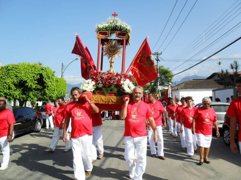 Homens carregam a imagem que representa o Espírito Santo, durante a Festa do Divino em Paraty, Rio de Janeiro