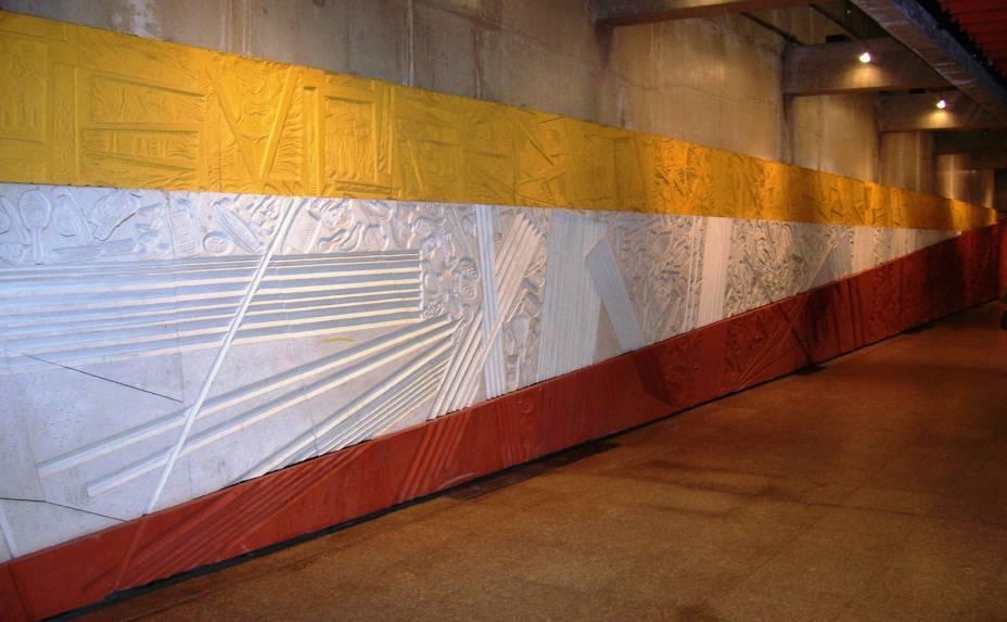 <strong>Painel Epopéia Paulista:</strong> feito para contemplar a memória da Estação da Luz, o painel de 73 metros de extensão <em>Epopéia Paulista</em>, da artista plástica Maria Bonomi, mostra o cotidiano do lugar em três partes: a amarela, que faz referência à presença nordestina na cidade; a branca, que representa os trilhos do metrô; e a vermelha, ilustrando os objetos esquecidos na estação todos os dias. Estação da Luz (corredor de interligação entre o Metrô e a CPTM), todos os dias, das 4hàs 00h.
