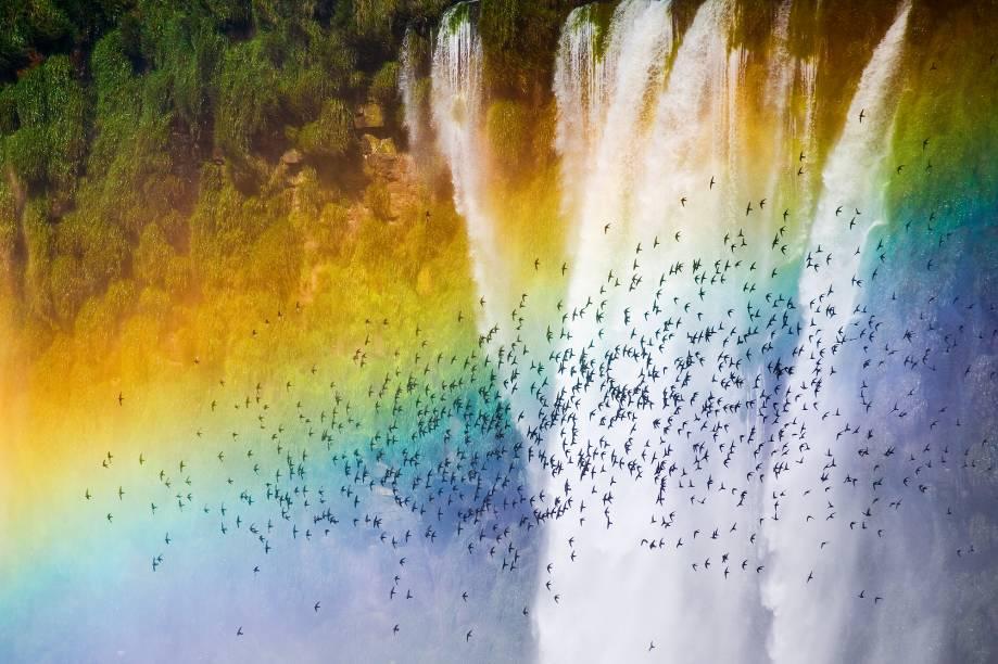No lado brasileiro das cataratas, as águas formam arco-íris até em noites de lua cheia