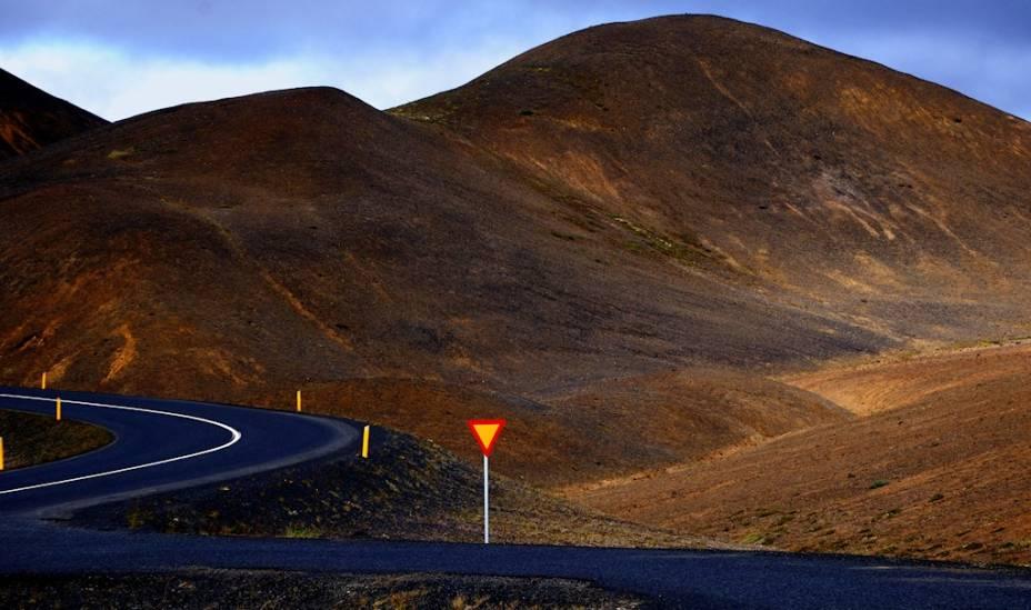 <strong>Rota 1, Islândia</strong>A Rota 1, ou Hringvegur, é uma rodovia em formato de anel que circunda a ilha da Islândia. Com 1339 quilômetros, inteliga algumas das principais cidades do país, incluindo a capital Reykjavik. No caminho, ela passa por paisagens lunares, repletas de gêiseres, vulcões, termas e lagos como o de Myvatn