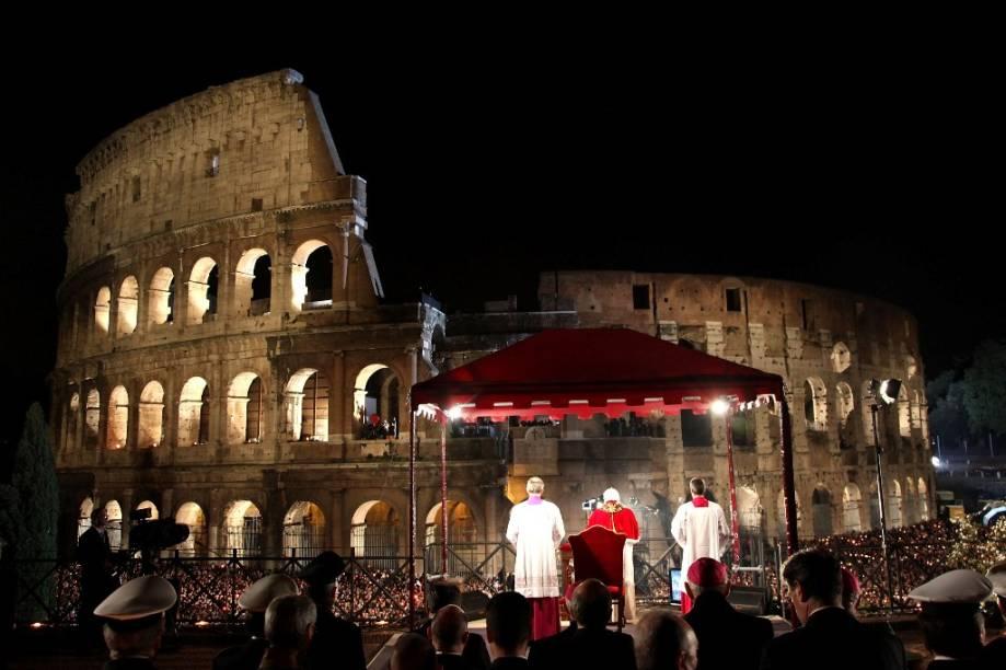 O papa Bento XVI em celebração especial da Semana Santa, no Coliseu de Roma