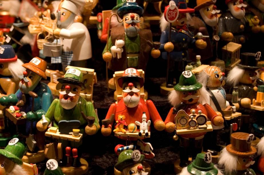 """<strong>5. <a href=""""http://viajeaqui.abril.com.br/cidades/alemanha-frankfurt"""" rel=""""Frankfurt"""" target=""""_blank"""">Frankfurt</a></strong>Eles são simpáticos, coloridos, engraçados e tem um nome quase impronunciável: <em>rauenchermännchen</em> – literalmente, homens fumadores. O boneco mais antigo encontrado data de 1850. Feitos de madeira, principalmente na região das florestas de Ergeburge, eles servem para segurar incenso. Durante todo o período natalino o incenso perfuma o ambiente, lembrando o presente que um dos Reis Magos trouxe para Jesus<a href=""""http://www.booking.com/city/de/frankfurt-am-main.pt-br.html?aid=332455&label=viagemabril-natalalemanha"""" rel=""""Veja hotéis em Frankfurt no booking.com"""" target=""""_blank""""><em>Veja hotéis em Frankfurt no Booking.com</em></a>"""