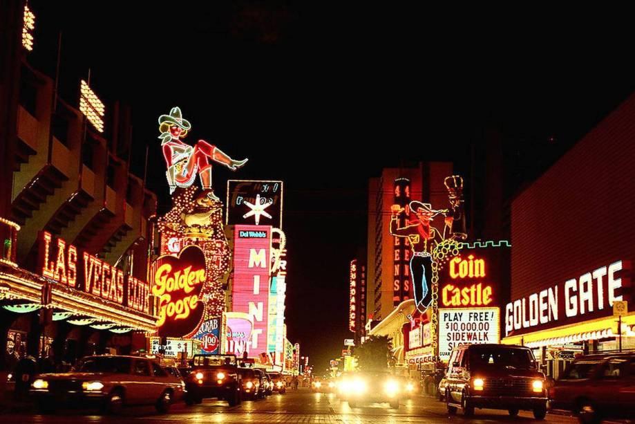 Ladeado pelos cassinos mais famosos de Vegas, a Fremont Street, em Downtown Vegas, é passagem quase obrigatória no caminho das principais atrações do lugar.