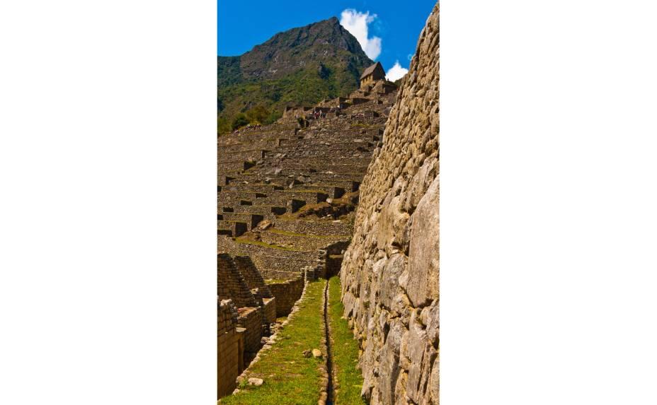 <strong>7. Fontes de água</strong>    Os incas canalizaram um manancial oriundo dos lençóis freáticos de dentro da montanha para abastecer a cidade. Da saída de água original, criaram outras 16 fontes artificiais orientadas em diferentes direções, de modo a contemplar toda cidade. As áreas nobres recebiam fluxo contínuo de água e possuíam canais privativos de deságue
