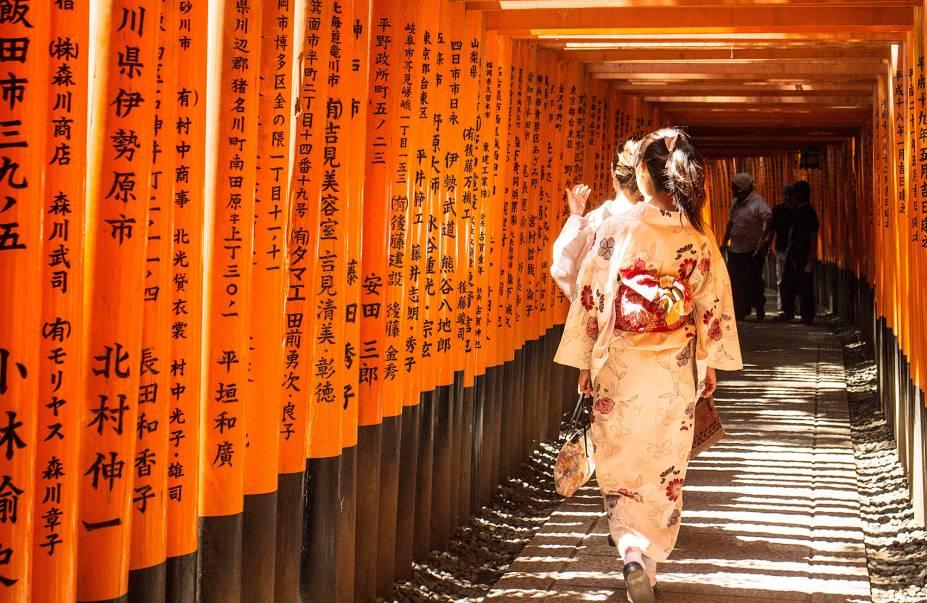 """<strong>Fushimi Inari Taisha </strong> Uma das visões mais icônicas da cidade – popularizada pela cena do filme """"Memórias de uma Geisha"""" - é o túnel formado pelos tradicionais portões vermelhos (chamados torii), que guiam seus visitantes por uma rota de peregrinação de aproximadamente 2 horas por uma montanha. Cada um dos torii foi doado por donos de negócios, que pedem bênçãos ao kami (divindade) Inari, que dá nome à montanha e que é o deus do arroz (que na cultura japonesa significa riqueza material)."""