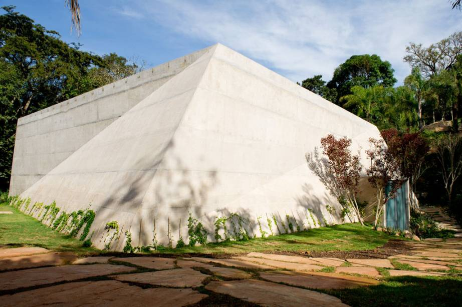 A arquitetura moderna chama a atenção na Galeria Lygia Pape, em Inhotim.