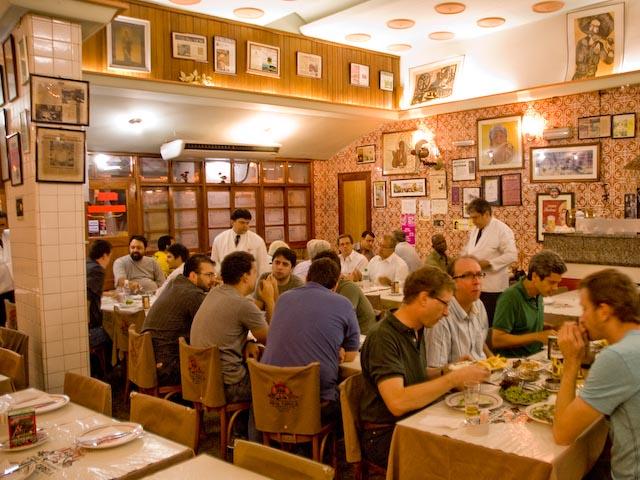 """<a href=""""http://viajeaqui.abril.com.br/estabelecimentos/br-rj-rio-de-janeiro-restaurante-nova-capela"""" rel=""""Nova Capela, Rio de Janeiro:"""" target=""""_blank""""><strong>Nova Capela, Rio de Janeiro:</strong></a>Chope gelado e cabrito com alho frito e arroz de brócolis embalam as madrugadas da Lapa, no Nova Capela."""