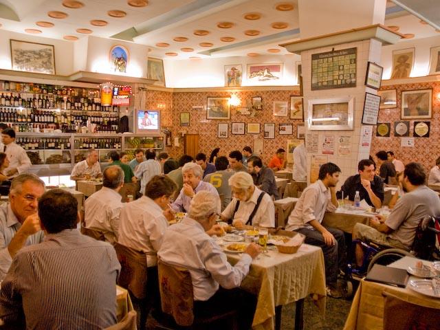"""<strong>15. <a href=""""http://viajeaqui.abril.com.br/estabelecimentos/br-rj-rio-de-janeiro-restaurante-nova-capela"""" rel=""""NOVA CAPELA"""" target=""""_self"""">NOVA CAPELA</a></strong>(300 metros)            Para fechar o dia, um clássico da gastronomia carioca. Point da boemia, a pedida pode ser o cabrito com arroz de brócolis.            <em>Endereço: Avenida Mem de Sá, 96, Lapa</em>"""