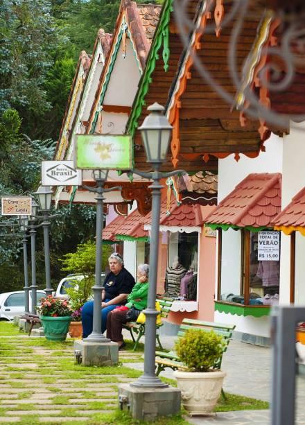 Galerias repletas de lojas de artesanato atraem os turistas na avenida Monte Verde, a mais movimentada do distrito