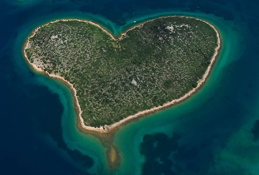 """Galesnjak, no mar Adriático, que banha a costa da <a href=""""http://viagemeturismo.abril.com.br/paises/croacia-3/"""">Croácia</a>, é conhecida como a """"ilha do amor"""". Por que será?"""