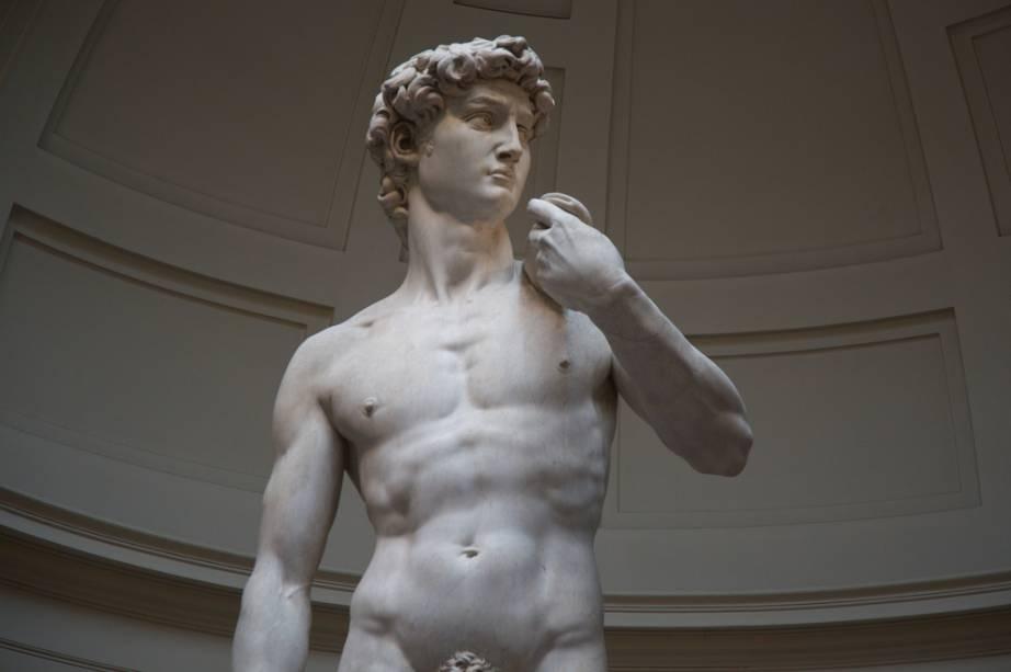 Uma sala dedicada a Giotto e sua escola, além da icônica estátua <em>Davi,</em> de Michelangelo, estão entre as atrações do museu renascentista, em Florença. <strong>Grátis no primeiro domingo do mês</strong><em>(preço regular:€ 18).</em>