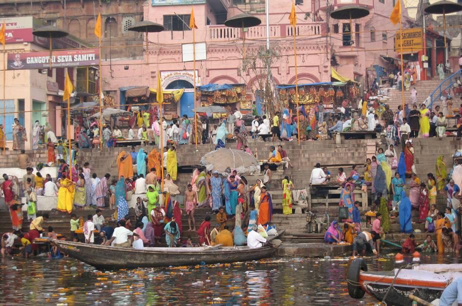 Peregrinos se jogam nas águas abençoadas do rio Ganges, em Varanasi