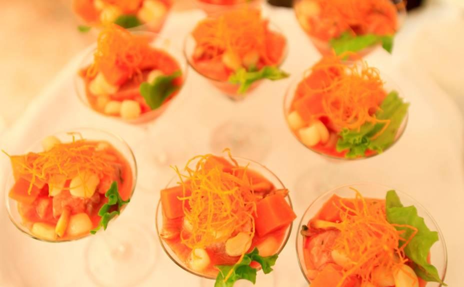 Uma das tantas apresentações do ceviche, o prato nacional do Peru. No caso, servido em taças e recoberto com cenoura à juliana. Um luxo!