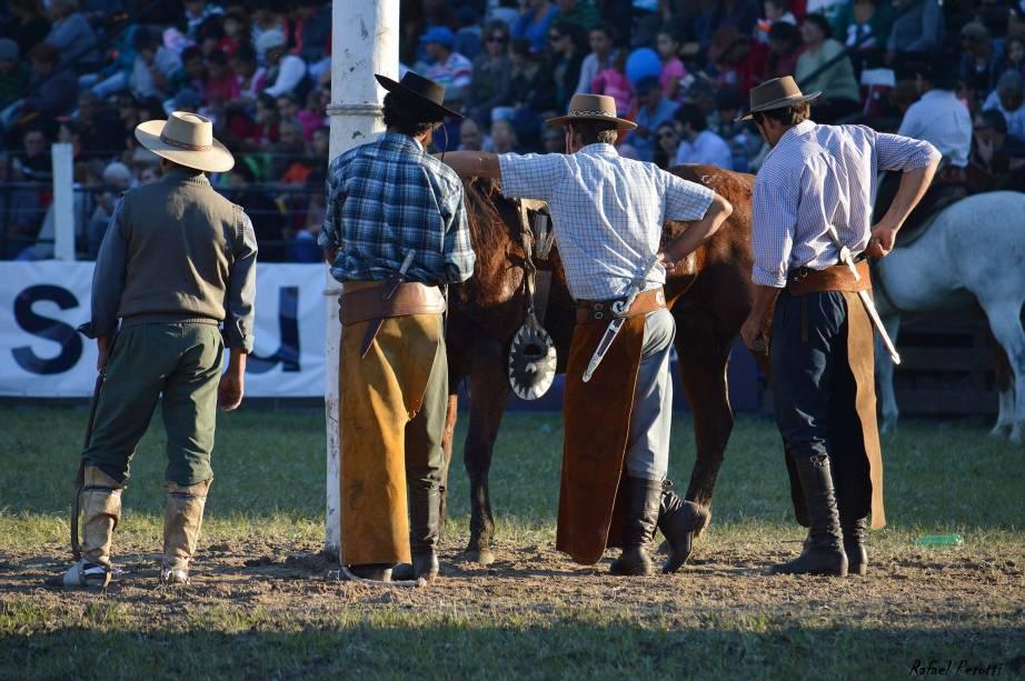 Os tradicionais Gauchos, vestidos com seus chapéus e calças característicos, foram fotografados por Rafael Perotti