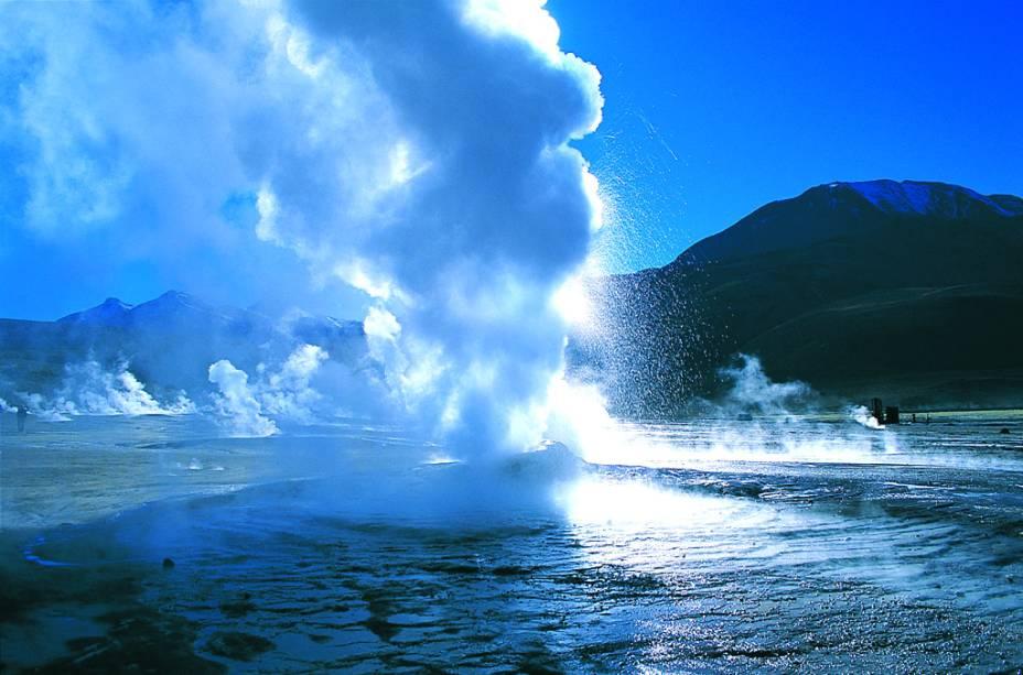 """Ver os jatos de água escaldante dos <a href=""""http://viajeaqui.abril.com.br/estabelecimentos/chile-san-pedro-de-atacama-atracao-geiseres-del-tatio"""" rel=""""Gêiseres del Tatio"""" target=""""_blank""""><strong>Gêiseres del Tatio</strong></a>, que são lançados a uma altura de até 10 metros, é um dos programas imperdíveis. O espetáculo natural acontece entre as 6h e 9h da manhã, a 89 quilômetros de San Pedro de Atacama"""