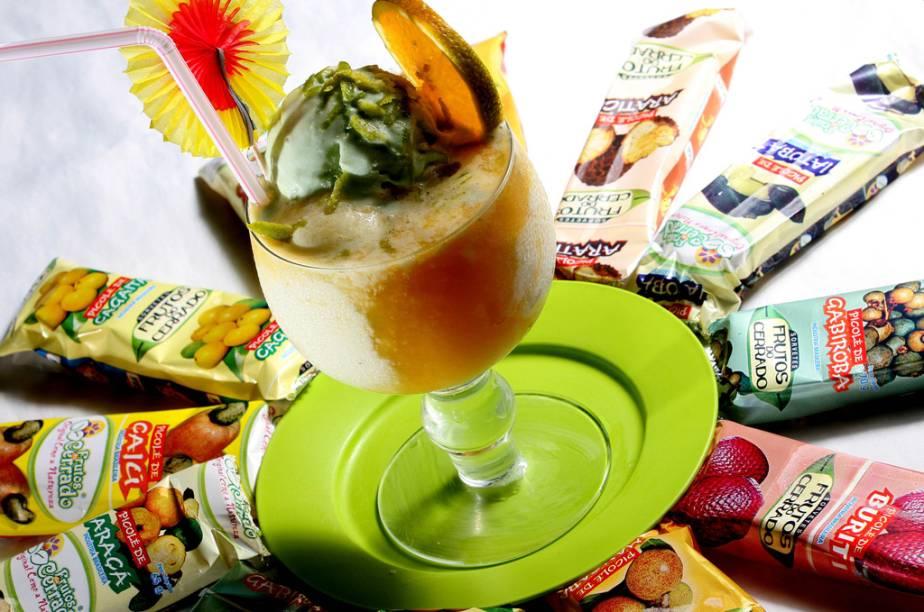 """<strong>Sorvetes e picolés de frutas do cerrado</strong> Na foto, gelado de laranja com três bolas de sorvete, suco e raspas da fruta da sorveteria <a href=""""http://www.frutosdobrasil.com.br/pt"""" target=""""_blank"""" rel=""""noopener"""">Frutos do Brasil</a>, em Goiânia. No estado, algumas sorveterias vendem mais de 30 sabores de sorvetes à base de frutas típicas da região e do país, como pequi e açaí Onde comer: na <a href=""""https://www.facebook.com/pages/Sorvete-Naturais/432993173402560"""" target=""""_blank"""" rel=""""noopener"""">Sorvetes Naturais</a>, em <a href=""""http://viajeaqui.abril.com.br/cidades/br-go-pirenopolis"""" target=""""_blank"""" rel=""""noopener"""">Pirenópolis (GO)</a>"""