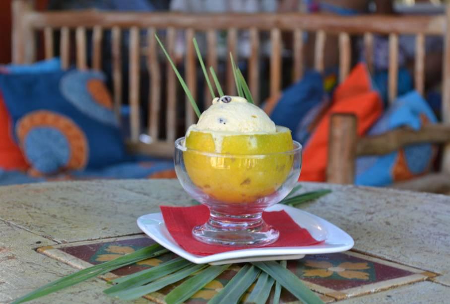 """O sorvete de capim-santo e maracujá vem na casca da fruta na <strong><a href=""""http://viajeaqui.abril.com.br/estabelecimentos/br-ba-itacare-restaurante-gelato-gula"""" rel=""""Gelato Gula"""" target=""""_blank"""">Gelato Gula</a></strong>, em <a href=""""http://viajeaqui.abril.com.br/cidades/br-ba-itacare"""" rel=""""Itacaré"""" target=""""_blank"""">Itacaré</a> (BA)"""