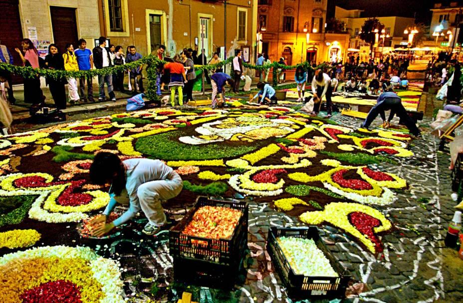 """<strong>Genzano di Roma (Itália) </strong>Desde o século 18, artistas de Genzano, cidade próxima a <a href=""""http://viajeaqui.abril.com.br/cidades/italia-roma"""" rel=""""Roma"""" target=""""_blank"""">Roma</a>, na Itália, se reúnem para decorar as ruas com imensos tapetes de flores para a tradicional festa <em>Infiorata</em>, em comemoração ao Corpus Christi. À noite, o público poderá acompanhar a montagem com as pétalas. No fim das festividades as crianças são convidadas a correr sobre o tapete."""