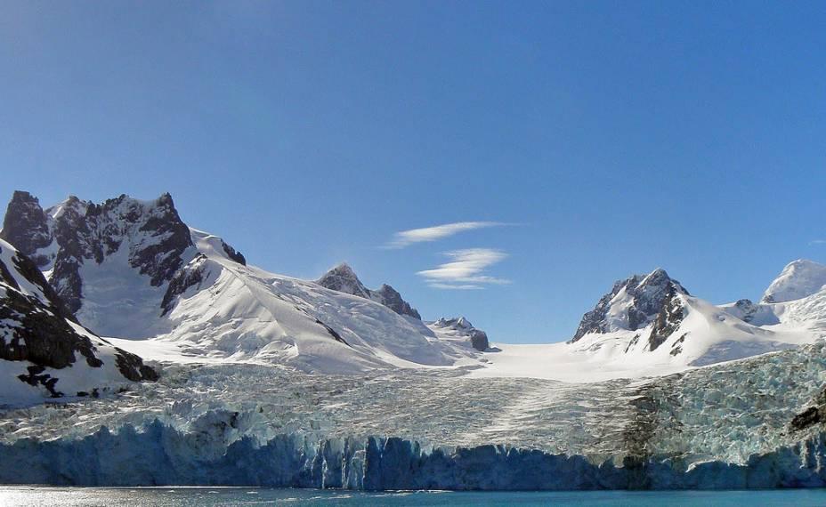 """As ilhas Geórgia do Sul entram na rota de uma grande parte dos cruzeiros antárticos. Aqui o explorador polar Ernest Shackleton empreendeu um dos mais brilhantes capítulos da história da exploração da <a href=""""http://viagemeturismo.abril.com.br/paises/antartica/"""">Antártica</a>, ao atravessa-la depois de cruzar o revolto oceano da região em um bote salva-vidas"""