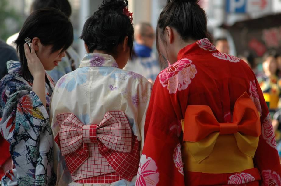<strong>Yukata</strong>        Quando o calor chega, os quimonos de inverno são deixados de lado por versões mais simples e leves, o yukata. Crianças, idosos e meninas o vestem principalmente durante os festivais de verão