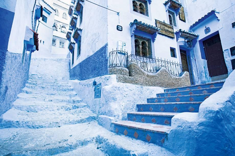A lenda local diz que a cor se disseminou por obra de refugiados judeus, que pintavam suas casas para simbolizar o céu. A coisa toda resulta em um cenário com jeito de filme de animação – um efeito meio Era do Gelo