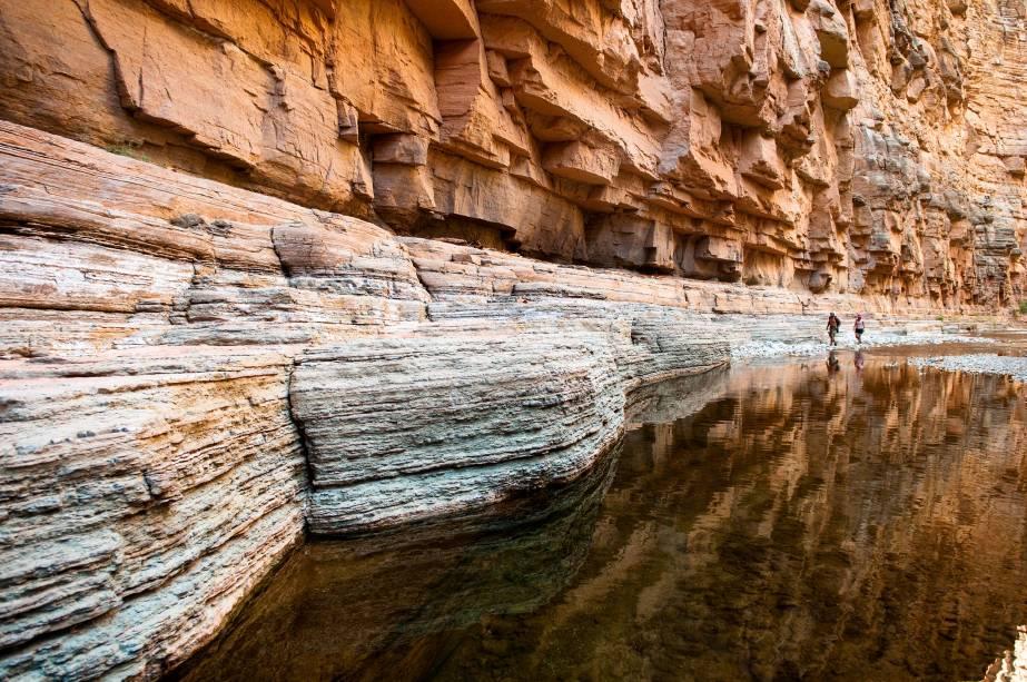 """<strong>3.<a href=""""http://viajeaqui.abril.com.br/estabelecimentos/estados-unidos-las-vegas-atracao-grand-canyon"""" rel=""""Grand Canyon"""" target=""""_blank"""">Grand Canyon</a>, <a href=""""http://viajeaqui.abril.com.br/paises/estados-unidos"""" rel=""""Estados Unidos"""" target=""""_blank"""">Estados Unidos</a></strong>Ao longo de quase 450 quilômetros do curso do Rio Colorado, no Arizona, o que não falta são opções de trilhas sobre ou entre os paredões cinematográficos do GRAND CANYON. Um dia basta para ter um vislumbre do maior cânion do mundo, mas os mais dispostos (e equipados) levam até uma semana para percorrer 70 quilômetros entre as três bordas – sul, norte e oeste. Só não vale ir sozinho e acabar encrencado como James Franco no filme 127 Horas"""
