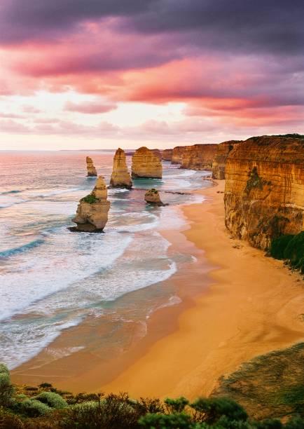 A Great Ocean Road leva aos Doze Apóstolos, formações majestosas a 230 quilômetros de Melbourne