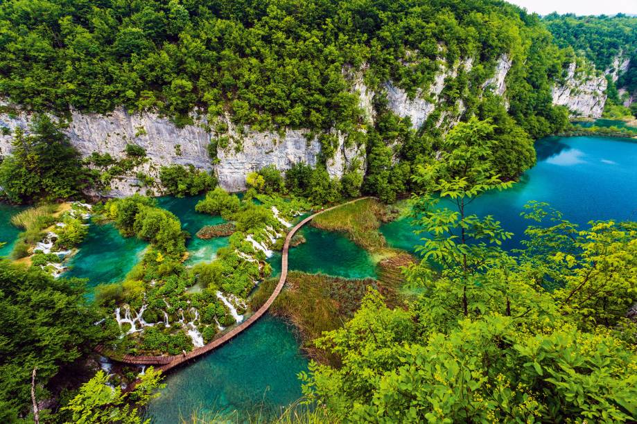 """<strong>2. <a href=""""http://viajeaqui.abril.com.br/cidades/croacia-parque-nacional-dos-lagos-de-plitvice"""" rel=""""Parque Nacional de Plitvice"""" target=""""_blank"""">Parque Nacional de Plitvice</a>, <a href=""""http://viajeaqui.abril.com.br/paises/croacia"""" rel=""""Croácia"""" target=""""_blank"""">Croácia</a></strong>Gigantesco, espetacular, declarado Patrimônio da Humanidade pela Unesco, o Parque Nacional de PLITVICE, na Croácia, mistura bosques, quedas-d'água em meio a cânions e 16 lagos transparentes de cor azul-turmalina. Com trilhas fáceis (mas que podem se estender por 21 quilômetros), o parque é habitat de 50 ursos marrons que zanzam felizes por ali. Se você se impressinou com o filme O Regresso, não se alarme: os ursos evitam as trilhas e só em casos muito raros atacam"""