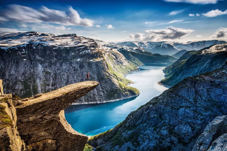"""<strong>4.Trolltunga, <a href=""""http://viajeaqui.abril.com.br/paises/noruega"""" rel=""""Noruega"""" target=""""_blank"""">Noruega</a></strong>Uma trilha puxada de 11 quilômetros (considere que tem a volta) leva à arrebatadora TROLLTUNGA (""""Língua do Troll""""), formação rochosa que se projeta a 700 metros de altura, acima do Lago Ringedalsvatnet, em Odda, na Noruega. Recuperado o fôlego, ninguém resiste ao clique – os mais intrépidos chegam bem na beiradinha. Os caminhos nas redondezas também não decepcionam: fiorde, lagos cristalinos e vislumbres da Geleira Folgefonna compõem o cenário perfeito"""