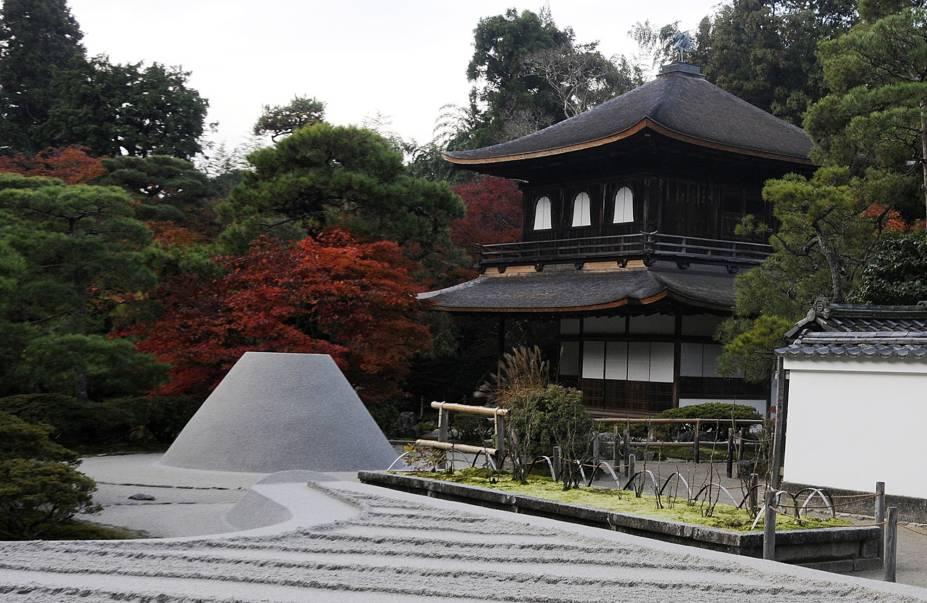 """<strong>Ginkaku-ji (Jisho-ji) </strong> Apesar de seu apelido querer dizer """"pavilhão de prata"""", o templo não é revestido pelo metal. Espelhado no Kinkaku-ji, foi construído no século 15 por ordem do shogun Ashikaga Yoshimasa (neto de Ashikaga Yoshimitsu), que tinha a intenção de revestir a construção com folhas de prata, mas faleceu antes de ter a oportunidade de fazê-lo. O fato de o templo estar """"incompleto"""" reflete a filosofia japonesa wabi-sabi, que ressalta a beleza do imperfeito e da transitoriedade. O ponto alto do lugar é o enorme jardim japonês a sua volta."""