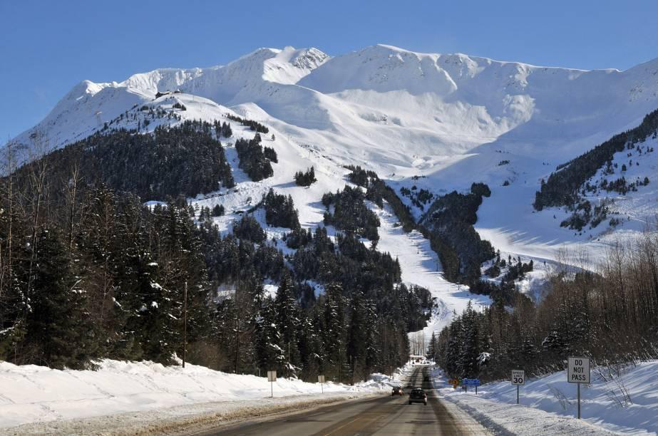 <strong>Girdwood, Alasca, Estados Unidos</strong><br />          Situada 64 km ao sul de Anchorage (e de seu aeroporto internacional), o humilde povoado de 2.000 habitantes tem como atividades principais ski e snowboard. O Alyeska Resort é a maior área de ski no Alasca com seis teleféricos, duas esteiras e um bonde com capacidade para 60 pessoas que sobe a íngrime face norte da montanha, com vista para o oceano. Como é de se esperar do Alasca, o local nunca lota, e a melhor época para ir é em março, quando os dias tem cerca de 12 horas de luz solar