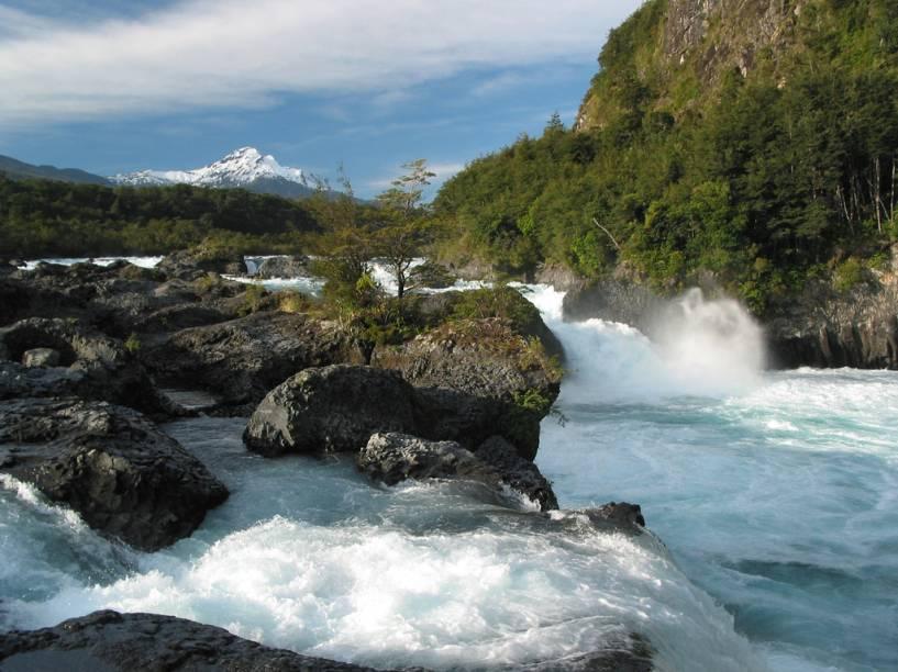 Saltos do rio Petrohué, próximos a Peulla, uma das paradas da travessia dos lagos andinos