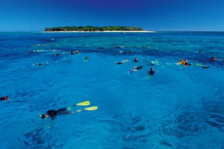 A Grande Barreira de Corais cobre uma área de 345 mil quilômetros quadrados ao longo da costa de Queensland
