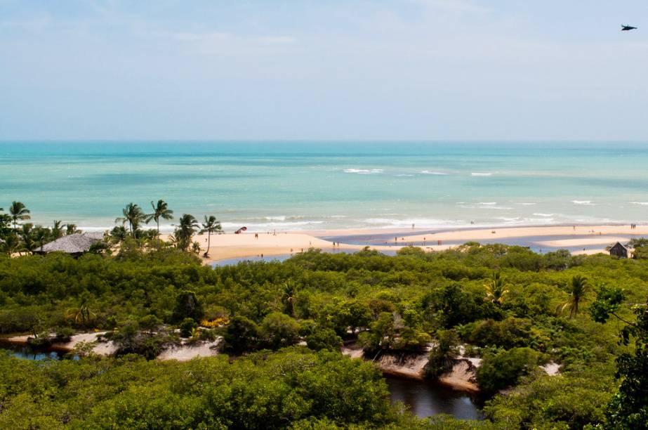 As belas praias de Porto Seguro têm mar azul-esverdeado e são contornadas por fileiras de coqueiros
