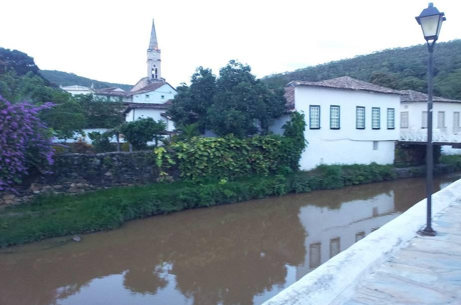 """A <a href=""""http://viajeaqui.abril.com.br/estabelecimentos/br-go-goias-atracao-casa-de-cora-coralina"""" rel=""""Casa de Cora Coralina"""" target=""""_blank"""">Casa de Cora Coralina</a> (onde hoje é um museu dedicado à poetisa) fica às margens do Rio Vermelho, na <a href=""""http://viajeaqui.abril.com.br/cidades/br-go-goias"""" rel=""""Cidade de Goiás (GO)"""" target=""""_blank"""">Cidade de Goiás (GO)</a>"""