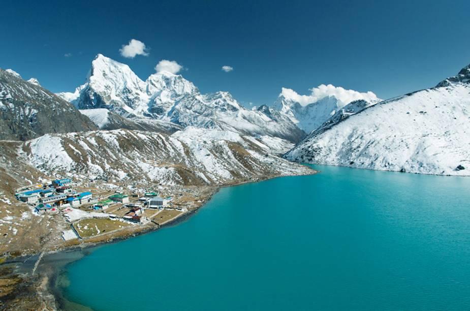 "<strong>Vale de Gokyo - <a href=""http://viajeaqui.abril.com.br/paises/nepal"" target=""_blank"">Nepal</a> </strong>"