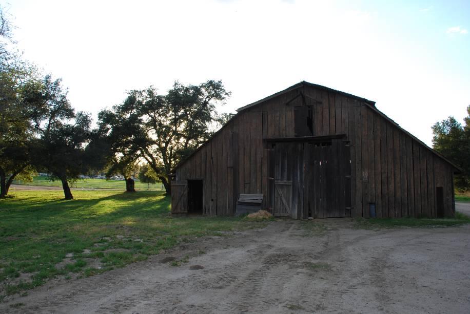 """<strong>17. <a href=""""https://www.youtube.com/watch?v=rId6PKlDXeU"""" rel=""""Mumford & Sons – Hopeless Wanderer"""" target=""""_blank"""">Mumford & Sons – Hopeless Wanderer</a> - Golden Oak Ranch, Newhall, California, <a href=""""http://viajeaqui.abril.com.br/paises/estados-unidos"""" rel=""""Estados Unidos"""" target=""""_self"""">Estados Unidos</a></strong>                        O clipe é divertidíssimo! Os membros da banda aproveitaram as comparações com os atores Ed Helms, Jason Bateman, Jason Sudeikis e Will Forte para incluí-los nos cenários do rancho de <strong>Golden Oak</strong>. Qualquer referência a <em>Se Beber Não Case</em> não é mera coincidência"""