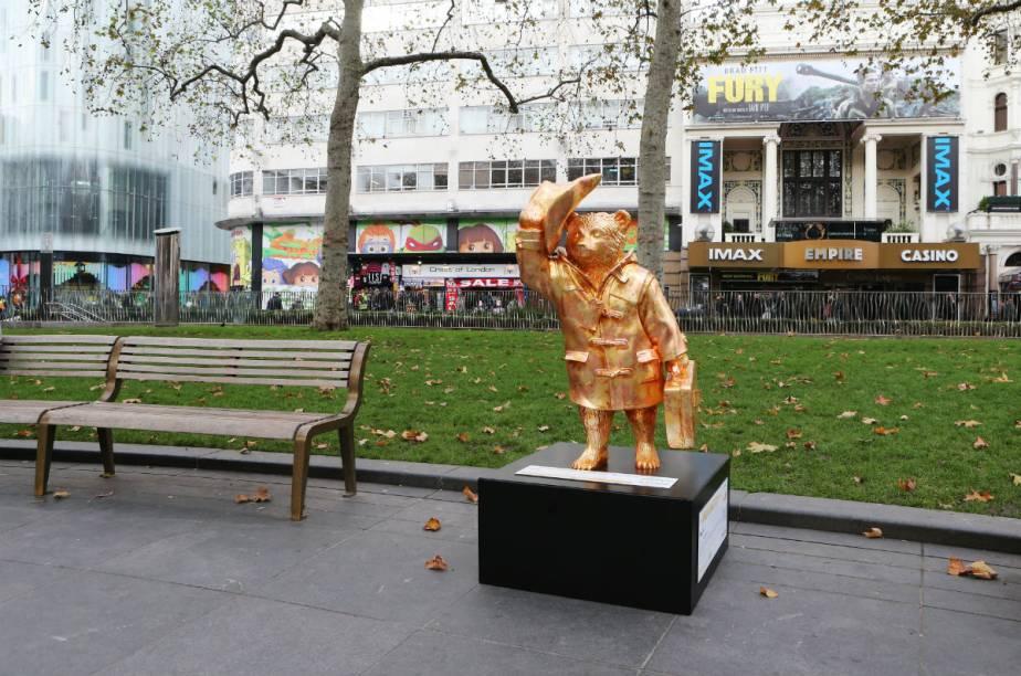 Kate Moss foi no glamour e pintou o Paddington Bear de dourado